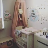 Kącik naszej córeczki Mii i Jej mały świat ☺️ Wieszak, skrzynia i otganizer na łóżeczku to produkty z naszej oferty @miahome.pl ❤️ Łóżeczko @woodiessafedreams Naklejki @dekornik_home_for_kids Łapacz snów @elodiedetails #baby #nursery #pokojdziecka #pokojdziewczynki #pokoikdzieciecy #pokoikniemowlęcy #pokoikdziewczynki #pokoikdziecka #pokoikdzieciecy